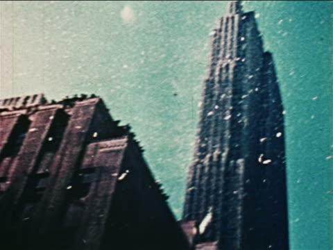 vídeos de stock e filmes b-roll de low angle tilt down from tops of buildings to ticker tape parade on nyc street / john glenn - super exposto