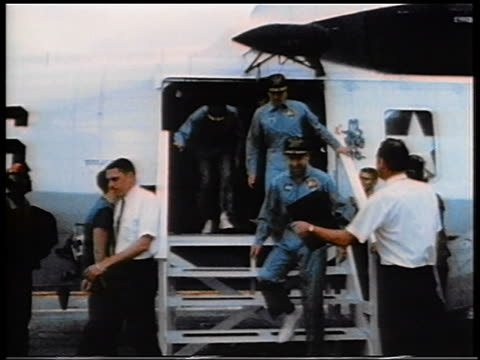 1970 zoom in apollo 13 astronauts exiting airplane waving after space flight - 1970 stock-videos und b-roll-filmmaterial
