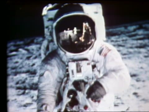 vídeos de stock e filmes b-roll de zoom out of still of astronaut on moon - 1969
