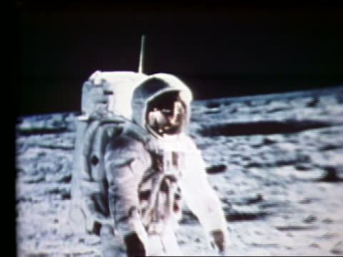 zoom out of still of astronaut on moon - 1969年点の映像素材/bロール