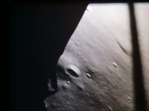 vídeos de stock e filmes b-roll de apollo 11 point of view of descent to moon - 1969