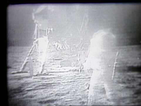 vídeos de stock e filmes b-roll de astronaut running toward camera with lander in background on moon - 1969