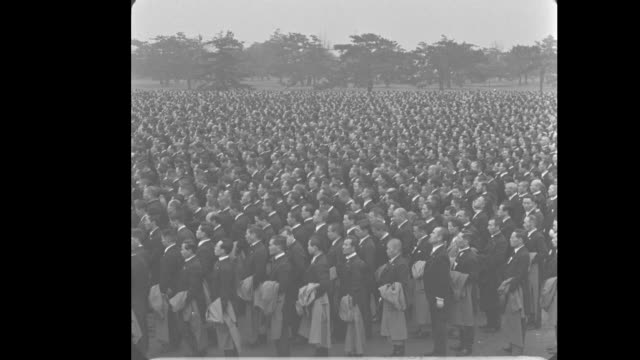 hirohito emperorjapan tokyo hirohito walks out onto platform salutes the huge throngs - kaiser hirohito von japan stock-videos und b-roll-filmmaterial