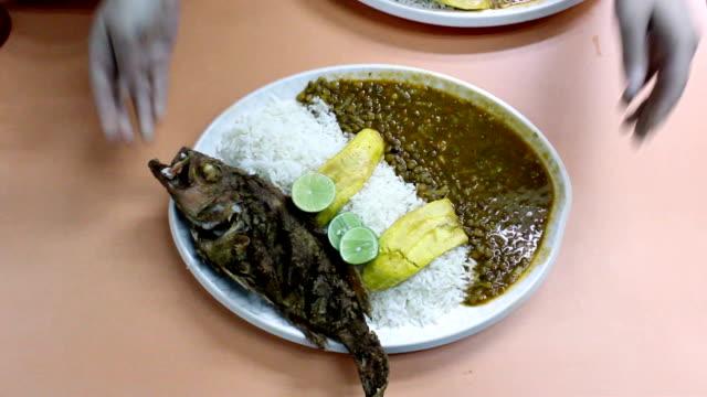 red fish miwth menestra ecuatorian speisen - teller stock-videos und b-roll-filmmaterial
