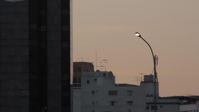 vídeos de stock, filmes e b-roll de buildings - poste