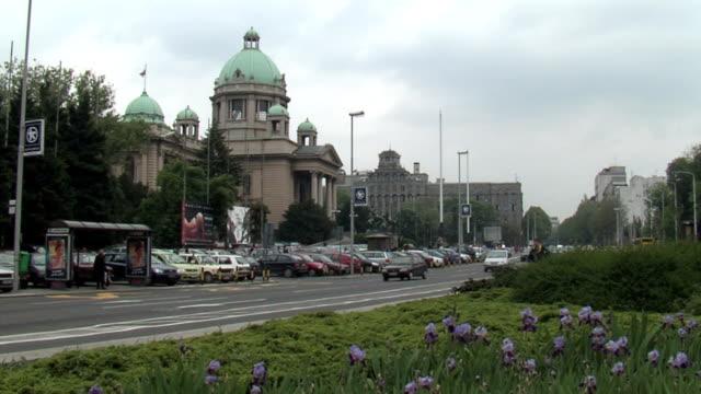vidéos et rushes de voitures conduite par la route, passer le parlement - serbie