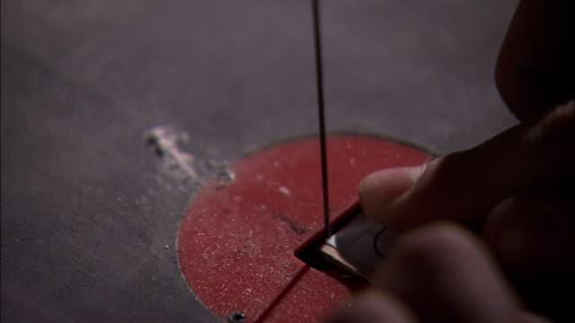 taglio di un pezzo di legno - dito umano video stock e b–roll