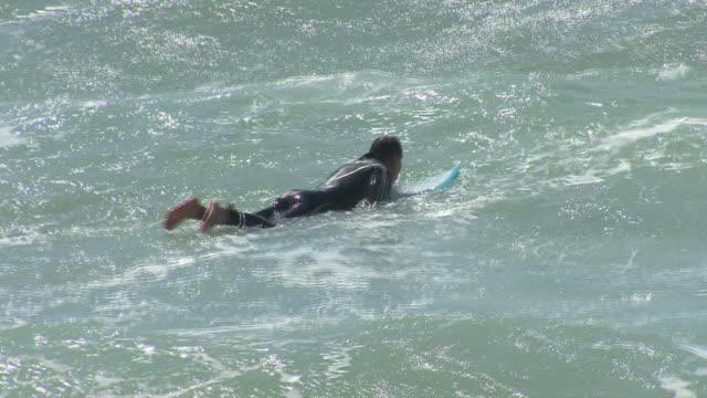 hd: surfista - gara sportiva individuale video stock e b–roll