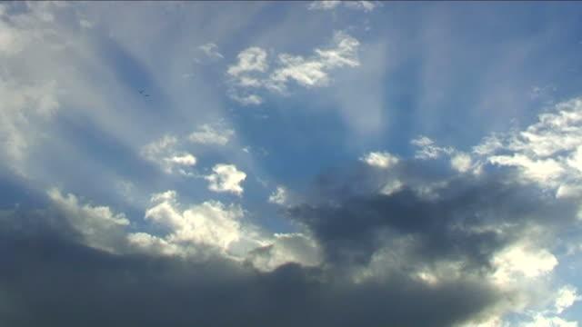 vídeos de stock e filmes b-roll de raios solares através de nuvens - moldar