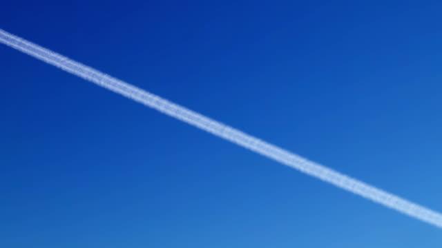 ein flugzeug im himmel mit rauch-hd-loop - avion stock-videos und b-roll-filmmaterial
