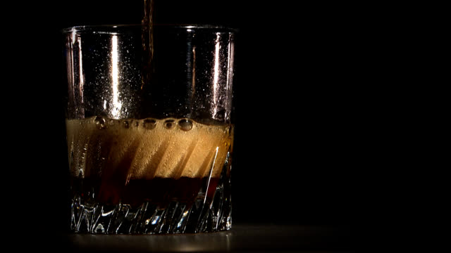 cola erfrischungsgetränke-zitronen-hd - cola stock-videos und b-roll-filmmaterial