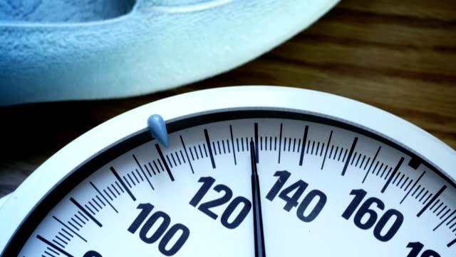 ecu -バスルームに体重計-1080hd - 体重計点の映像素材/bロール