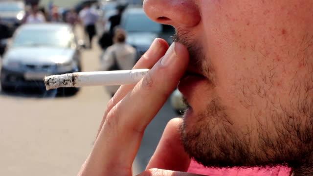stockvideo's en b-roll-footage met сигарета (cigarette) - menselijke neus