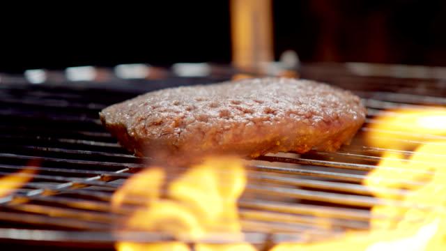 vídeos de stock, filmes e b-roll de hambúrguer no grill-câmera lenta - cru