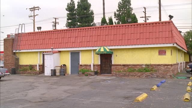 stockvideo's en b-roll-footage met lo-class suburban bar or nightclub; no activity - bar gebouw