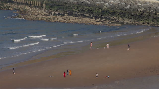 vídeos y material grabado en eventos de stock de children playing on north bay beach - yorkshire