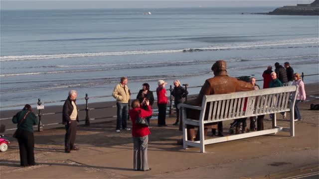 vidéos et rushes de the old soldier sitting on a bench statue - équipement photographique
