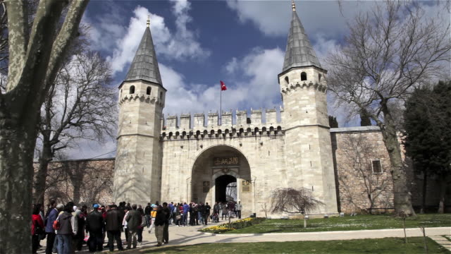 topkapi palace main entrance - palace stock-videos und b-roll-filmmaterial