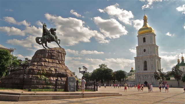 bohdan khmelnytsky monument and st sophia cathedral - キエフ市点の映像素材/bロール
