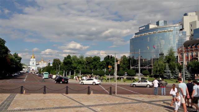 vídeos de stock e filmes b-roll de hyatt hotel and volodymirsky proezd - ucrânia bandeira
