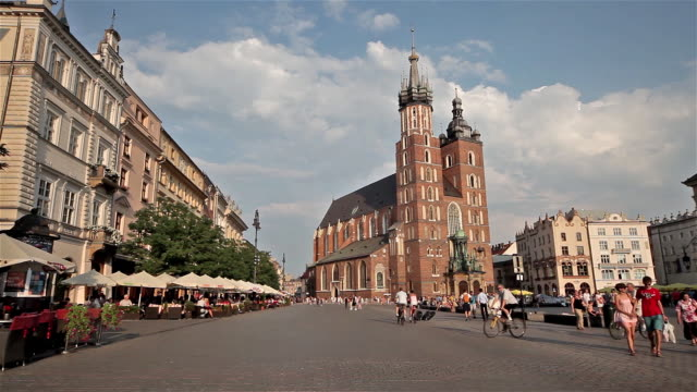 vidéos et rushes de saint mary mariacki church and city square - religion