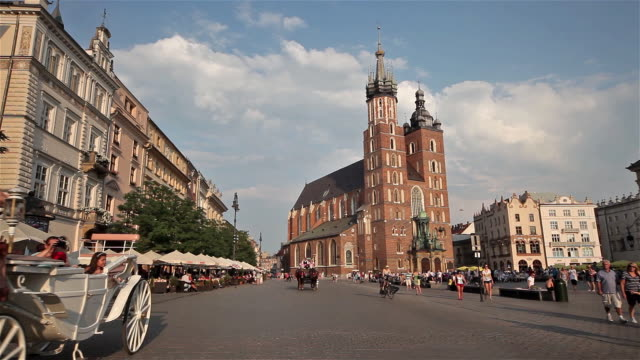 saint mary mariacki church and horse and carraige - arbeitstier stock-videos und b-roll-filmmaterial