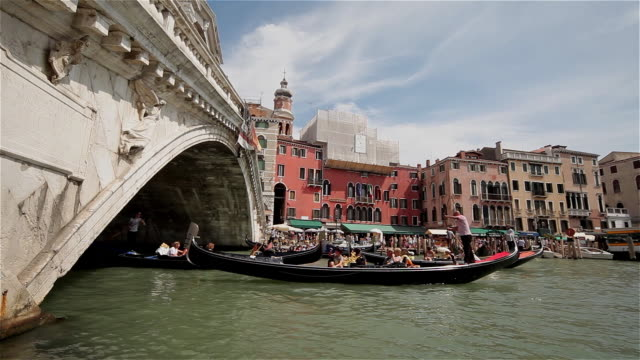 vídeos y material grabado en eventos de stock de gondola on grand canal at rialto bridge - puente de rialto