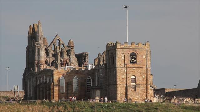 vídeos y material grabado en eventos de stock de abbey and st mary church - whitby inglaterra