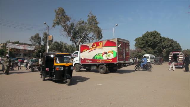 busy road crossing - エジプト点の映像素材/bロール