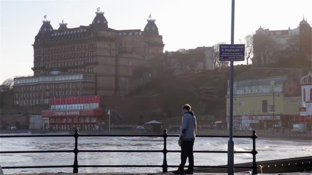 vídeos de stock e filmes b-roll de grand hotel and south bay at high tide - scarborough reino unido