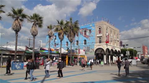 venice reconstituted mural on market street - ベニスビーチ点の映像素材/bロール