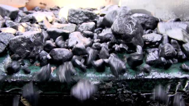 vídeos de stock, filmes e b-roll de mining high frequency vibrating screening extreme close up - movimento perpétuo