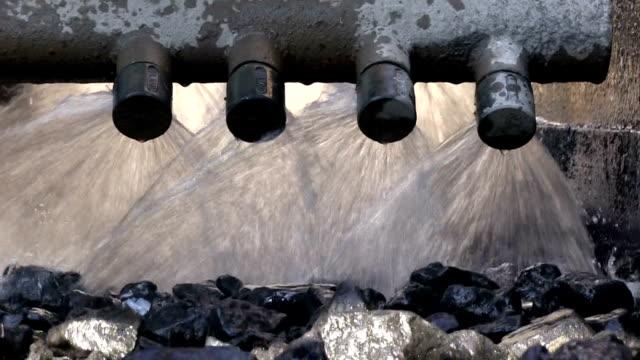 vídeos de stock, filmes e b-roll de mining high frequency vibrating screening extreme close up of sprayers - movimento perpétuo