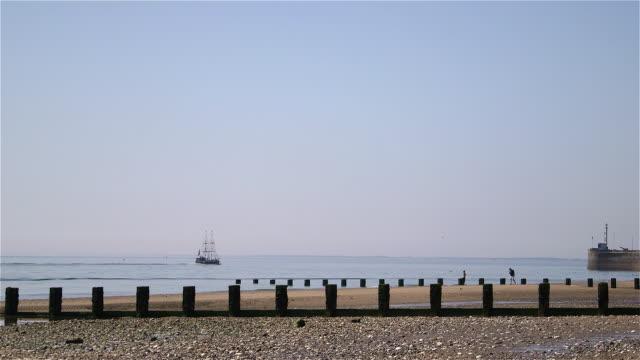 bridlington north beach harbour wall and lighthouse - bridlington stock-videos und b-roll-filmmaterial
