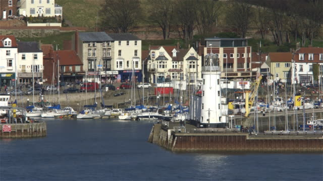 stockvideo's en b-roll-footage met scarborough harbour and lighthouse - scarborough engeland