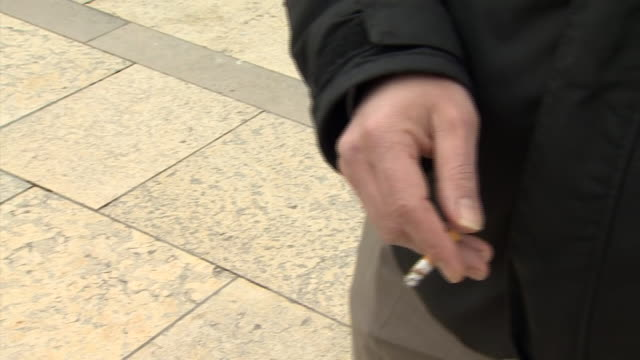 nnps699x - zigarettenstummel stock-videos und b-roll-filmmaterial