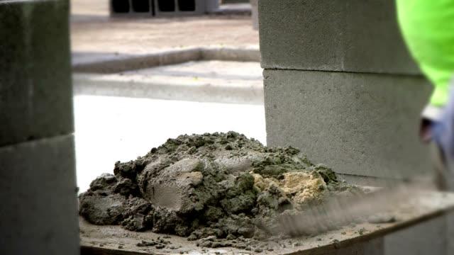 vidéos et rushes de ouvrier du bâtiment-pilon mélanger - parpaing