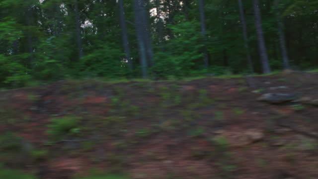 vídeos de stock, filmes e b-roll de  d/x process straight side (driver) rural town - placa de processamento móvel
