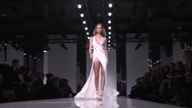 stockvideo's en b-roll-footage met versace fashion show | catwalk | haute couture 2016 | paris fashion week - versace modelabel
