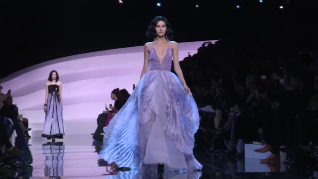 vídeos de stock, filmes e b-roll de georgio armani prive fashion show | catwalk | haute couture 2016 | paris fashion week - giorgio armani marca de moda