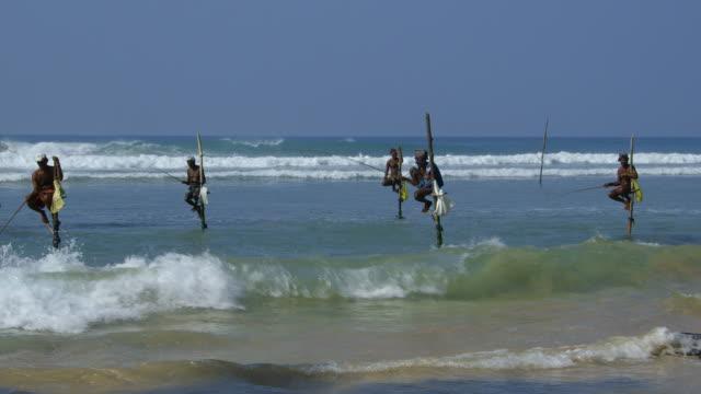 vidéos et rushes de stilt fishermen and surf - poteau d'appui