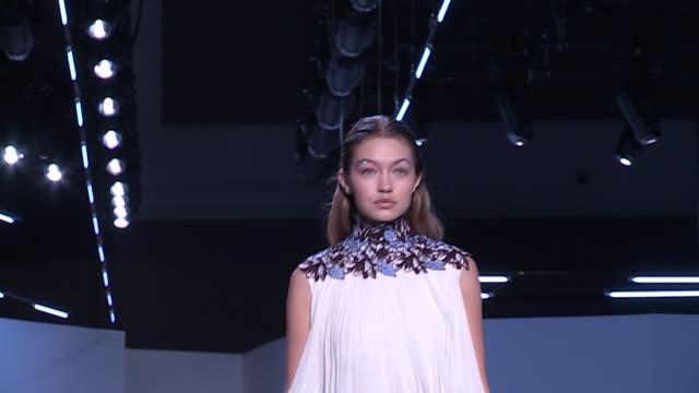 gigi hadid at giambattista valli fashion show | ready to wear fall winter 16 | paris fashion week - ジジ・ハディッド点の映像素材/bロール