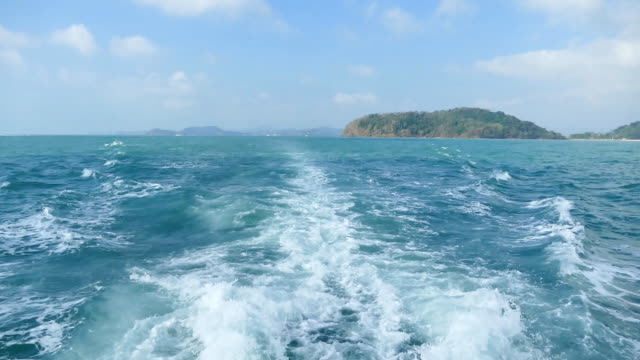vídeos de stock, filmes e b-roll de ângulo de foto de fundo de ondas formadas por um barco - ângulo agudo