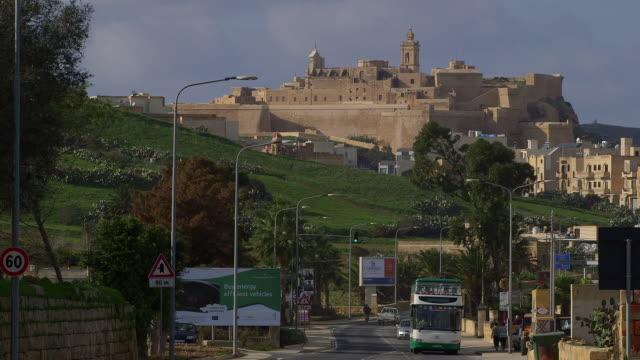 the citadel victoria and double decker tourist bus - fortezza video stock e b–roll