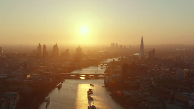 sunrise aerial themes river, london, england - fluss themse stock-videos und b-roll-filmmaterial