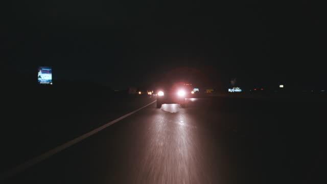 n/x straight back desert highway process (i-15s to las vegas) - 乗物後部から見た視点点の映像素材/bロール