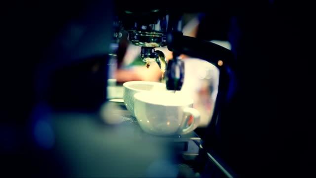 vídeos de stock, filmes e b-roll de barista fazer café - xícara de café