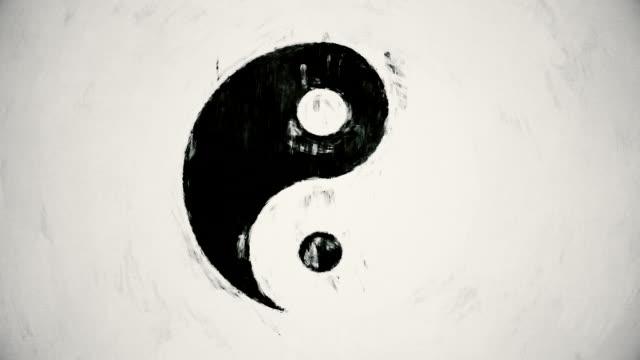 vídeos de stock e filmes b-roll de arte símbolo yin yang - personas