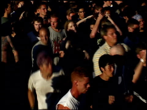 vídeos de stock, filmes e b-roll de  - jogando se na multidão