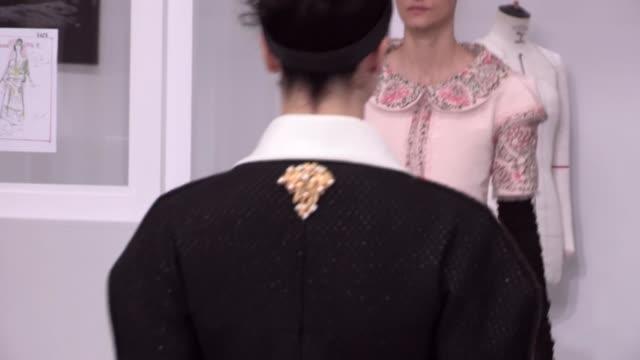 vídeos de stock e filmes b-roll de chanel fashion show | haute couture fall winter 1617 | paris fashion week - desfile de moda